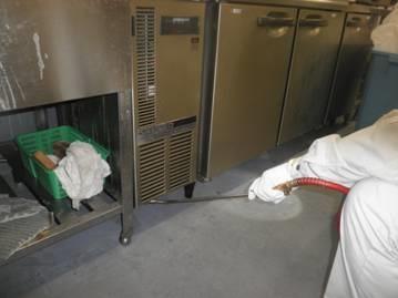 ゴキブリ防除施工 薬剤散布中