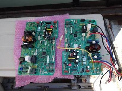 エアコン修理 室外機基板交換中