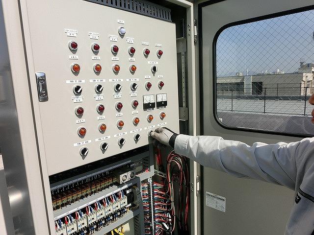 巡回設備点検 空調機制御盤点検中