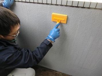 7 マンション腰壁 特殊洗剤塗布・反応