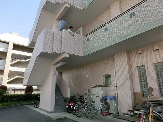 特殊建築物定期調査 外壁仕上げ材 打診検査中