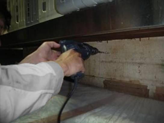 ゴキブリ防除施工 カウンターテーブル内 穿孔及び薬剤注入