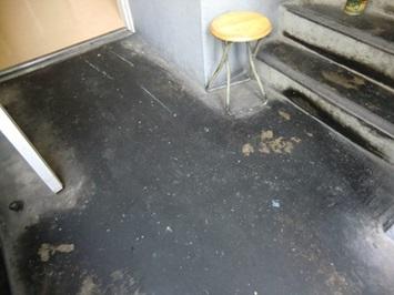 コンクリート床 油汚れ清掃前